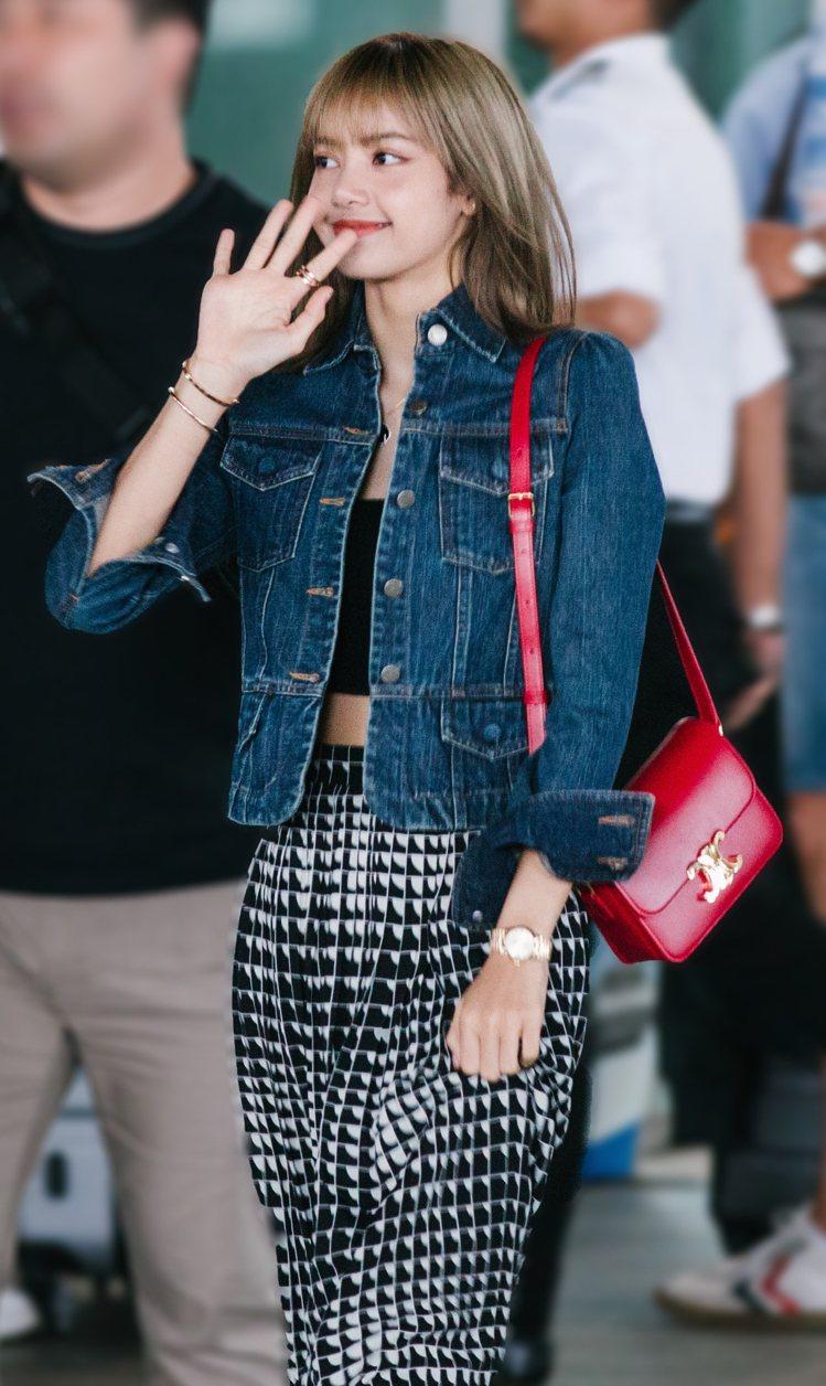 BLACKPINK團員Lisa配襯Triomphe紅色包款相當迷人。圖/CELI...