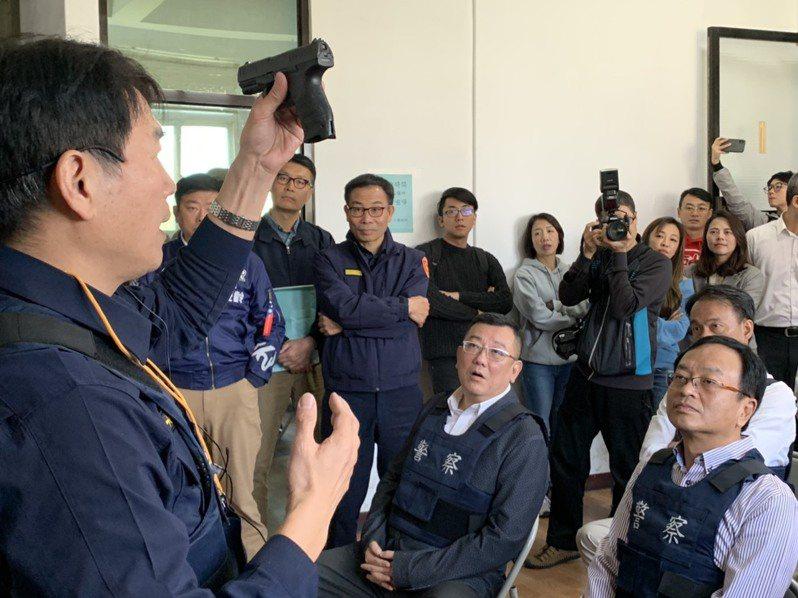 新竹市議會今天考察市警局常訓情形,議長許修睿(右二)、副議長余邦彥(右一)也穿上防彈背心體驗。圖/市議會提供