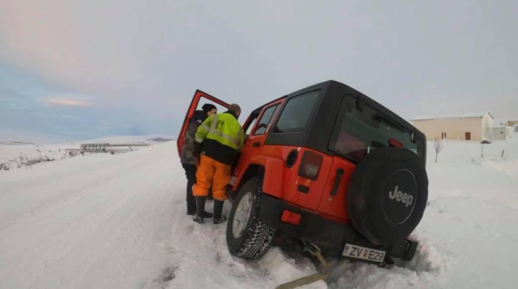 「原子邦妮」駕乘的車子深深陷進雪中。圖/滾石提供