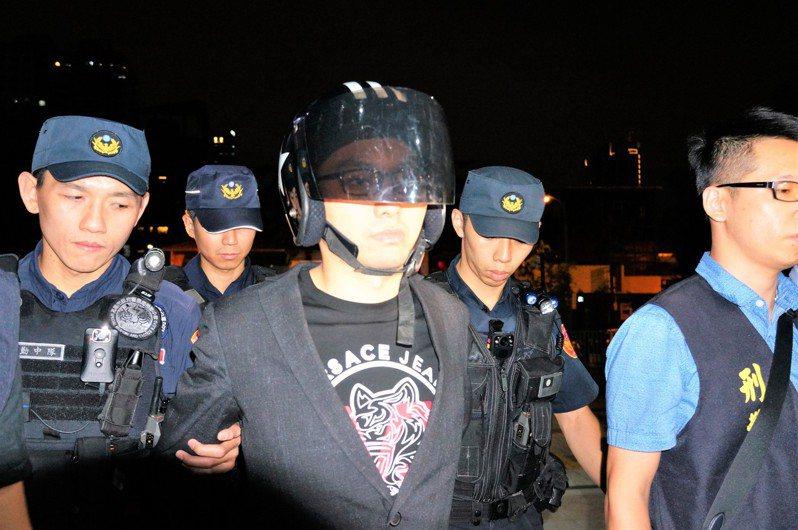 高雄地檢署查出連千毅(左三)疑不滿小弟與他的女性友人太過親密,動「家法」私刑。圖/本報資料照