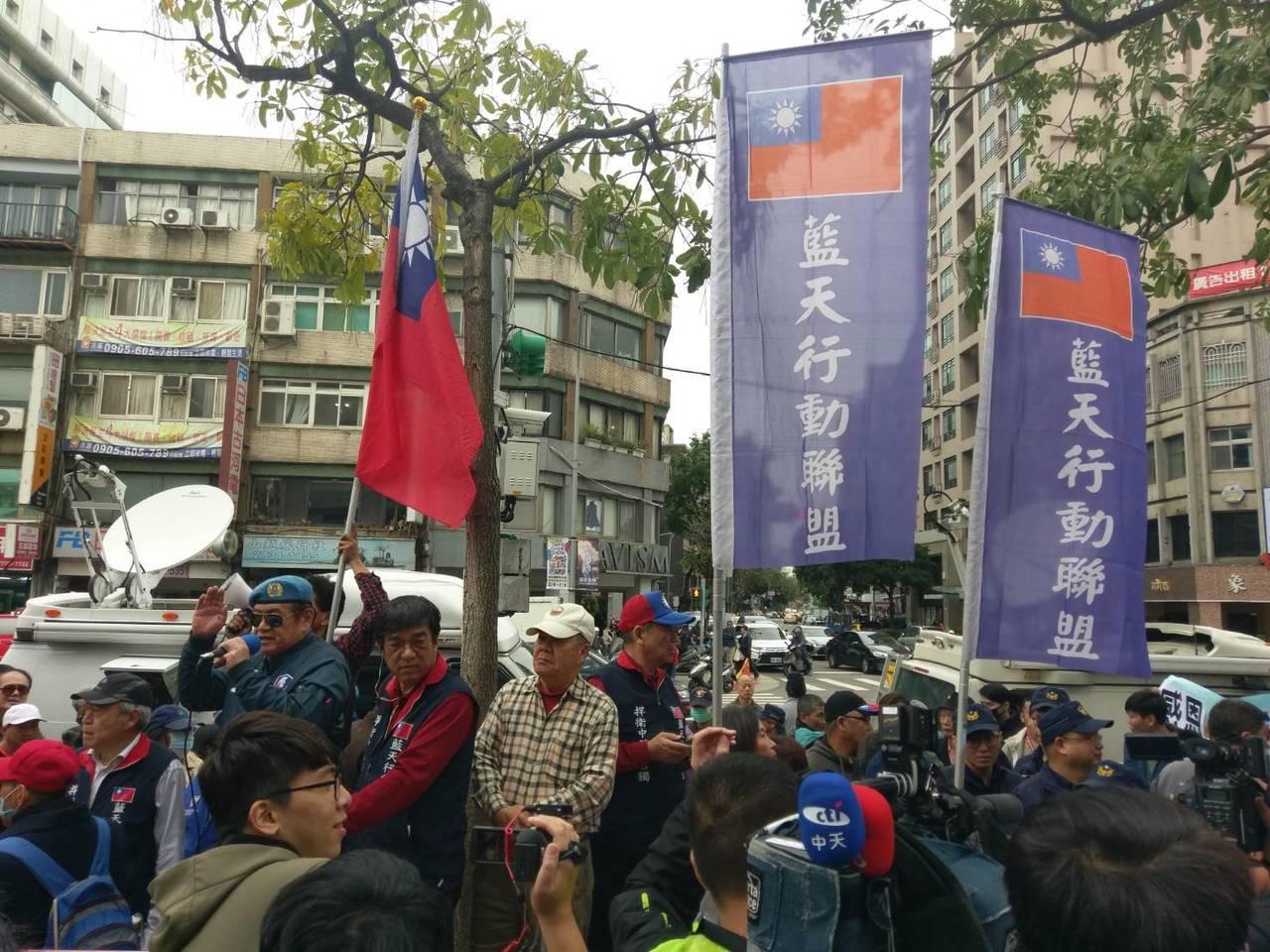 藍天行動聯盟赴國民黨部外抗議。記者劉宛琳/攝影