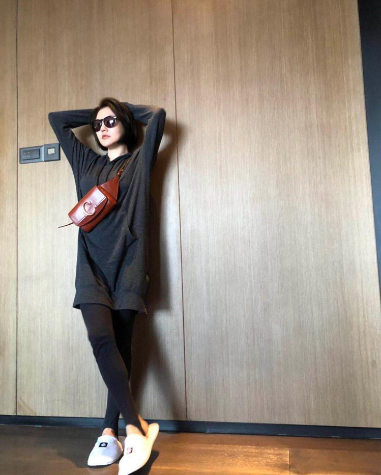 小S徐熙娣以休閒服裝搭配Chloé C咖啡色腰包,展現IPSS國際超級巨星的自信...