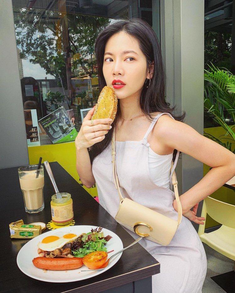 曾之喬日前在新加坡拍戲,以Chloé C米白色腰包搭配性感S曲線。圖/取自IG