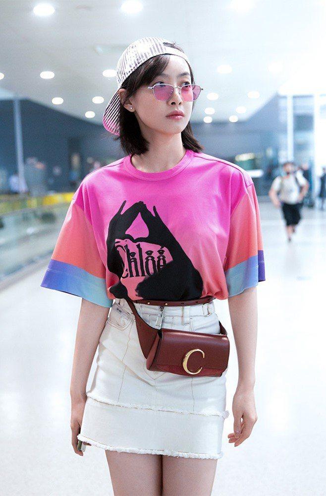 宋茜以Chloé C咖啡色腰包打造機場時尚。圖/取自微博)
