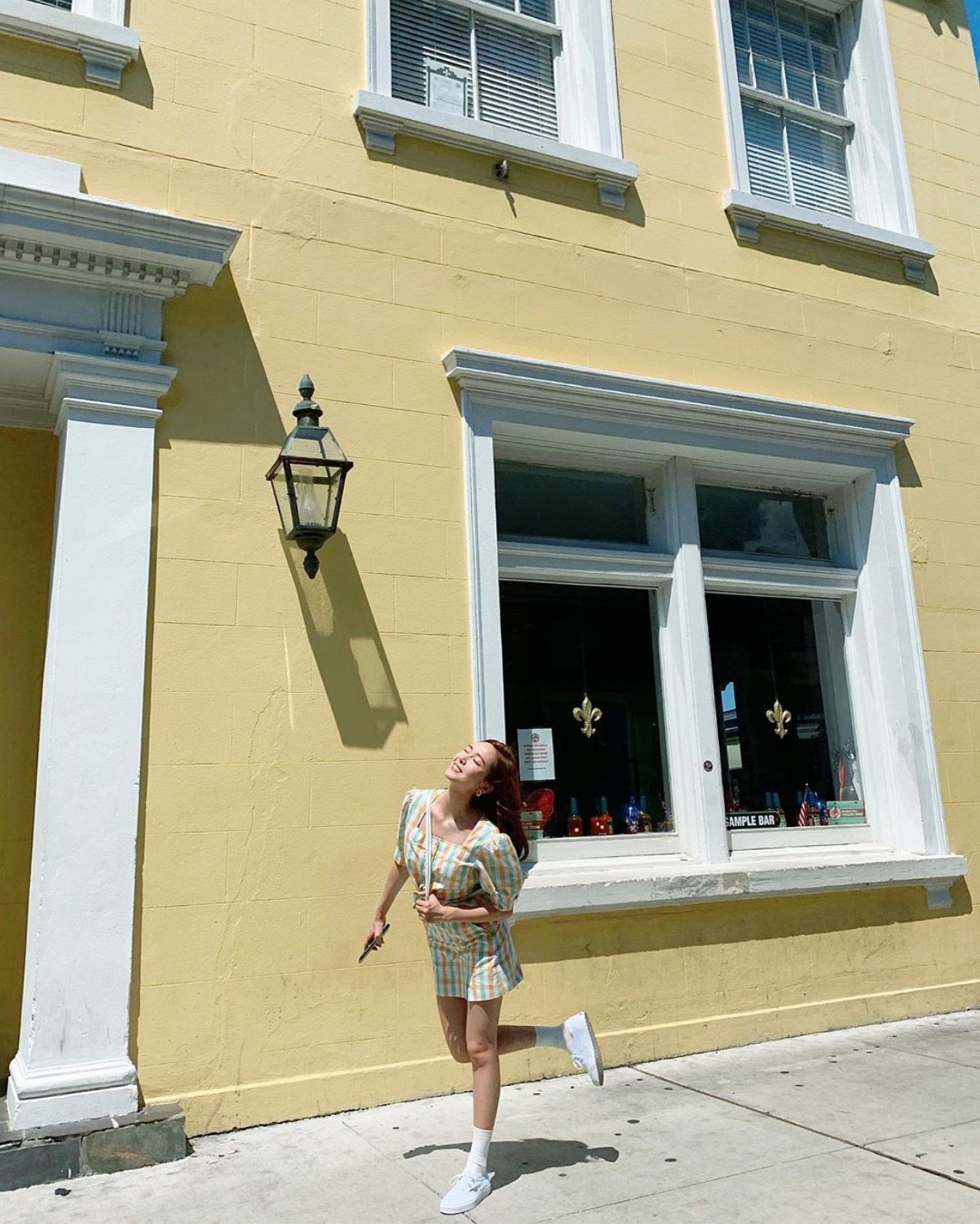 Jessica在紐奧良度假時,身穿短裙配襯Chloé C白色腰包。圖/取自IG