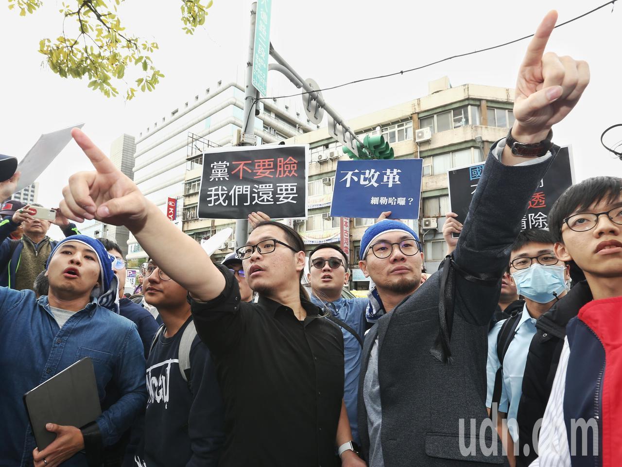 國民黨青年派黨員突襲中常會,要求黨中央改革,卻被警方請出黨部,兩名青年黨員表示自...
