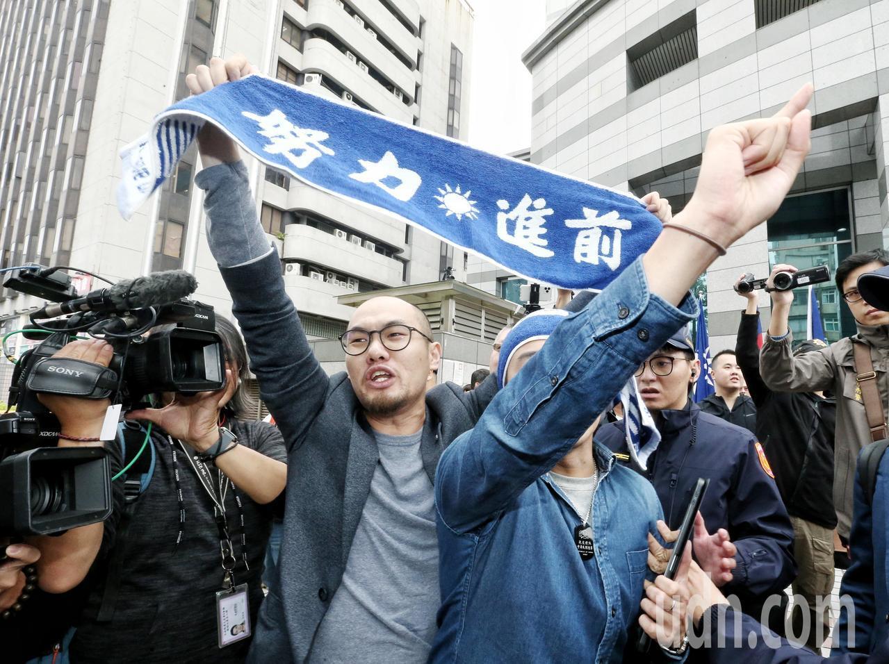 國民黨青年派黨員突襲中常會,要求黨中央改革,卻被警方請出黨部,情面怒吼國民黨不重...
