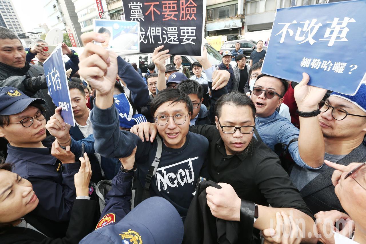 國民黨青年派黨員突襲中常會,要求黨中央改革,卻被警方請出黨部,一名黨員怒拿黨證證...