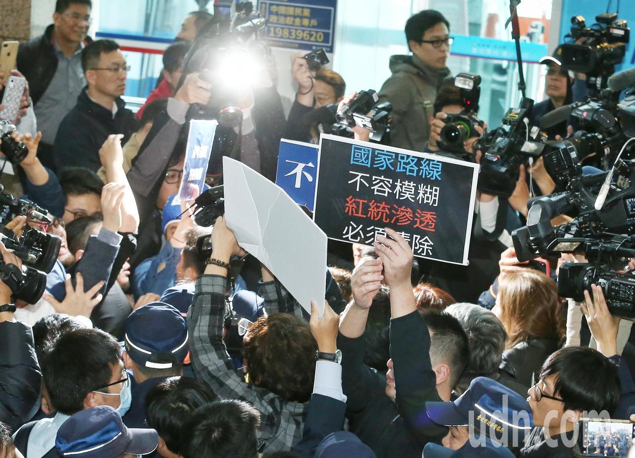 國民黨青年派黨員突襲中常會,要求黨中央改革,與場內黨員爆發衝突。記者曾原信/攝影