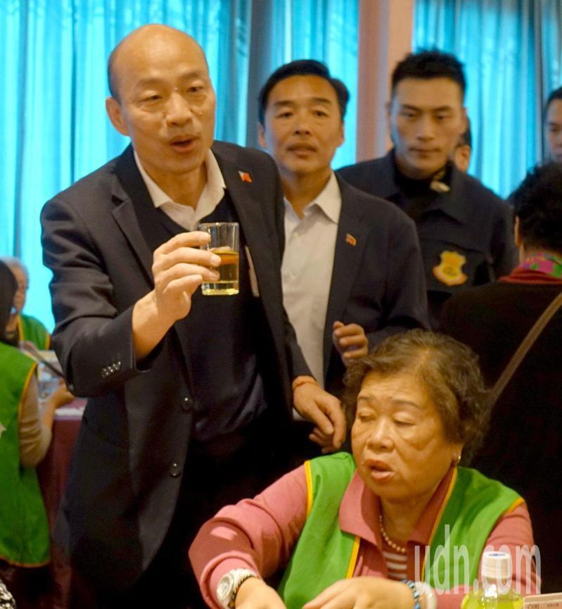 高雄市長韓國瑜(站立左)今天參加高雄市獨居老人圍爐,以熱茶代酒, 逐桌祝與會長輩新年快樂。記者楊濡嘉/攝影