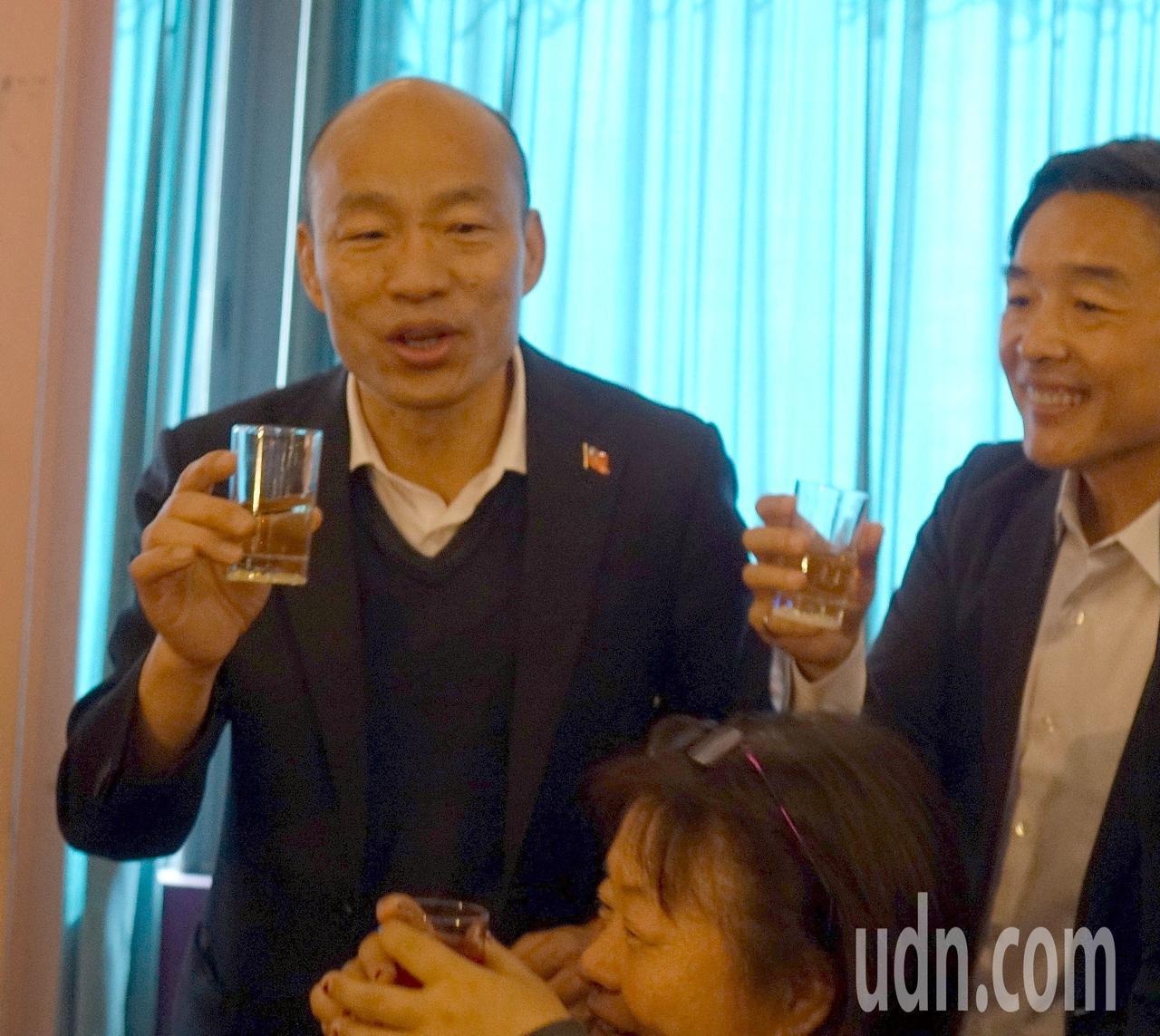 高雄市長韓國瑜(站立左)今天參加高雄市獨居老人圍爐,以熱茶代酒, 逐桌祝與會長輩...
