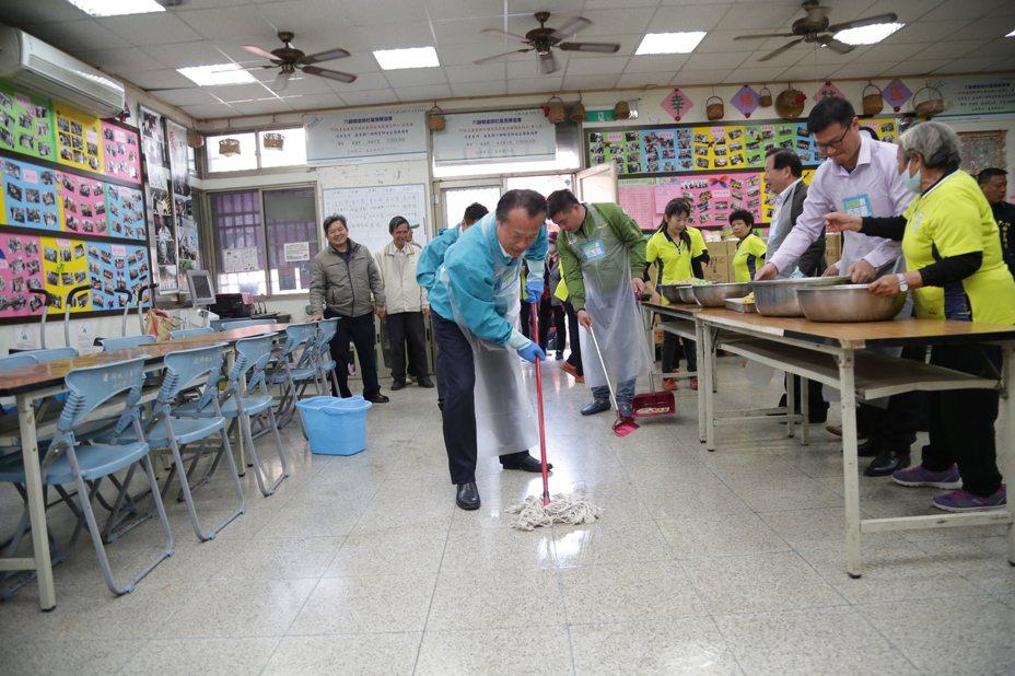 嘉義縣長翁章梁表示,「庄頭就是咱ㄟ厝內」,民眾除了清理家中髒污、除舊佈新外,對於共同生活的社區,多付出一點行動,共同維護社區環境。。圖/嘉義縣政府提供
