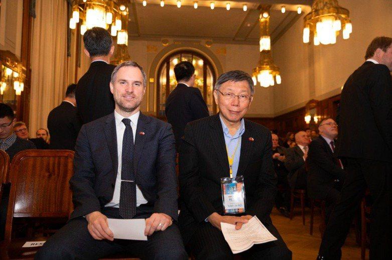 台北市長柯文哲(右)訪問捷克,與布拉格市長賀瑞普(左)簽署姊妹市協定。圖/北市府提供