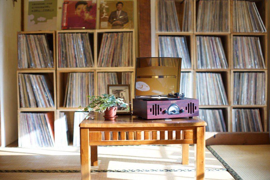 讀者可在榻榻米上席地而坐,欣賞黑膠音樂。圖/誠品提供