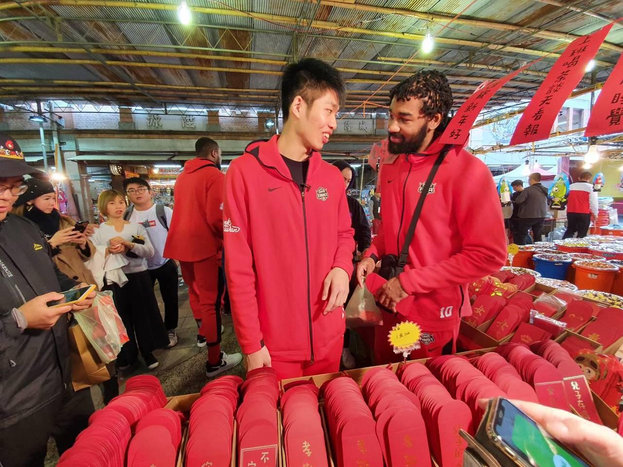 劉人豪(左)、瓊斯(右)年貨大街挑選紅包袋。記者林宋以情/攝影