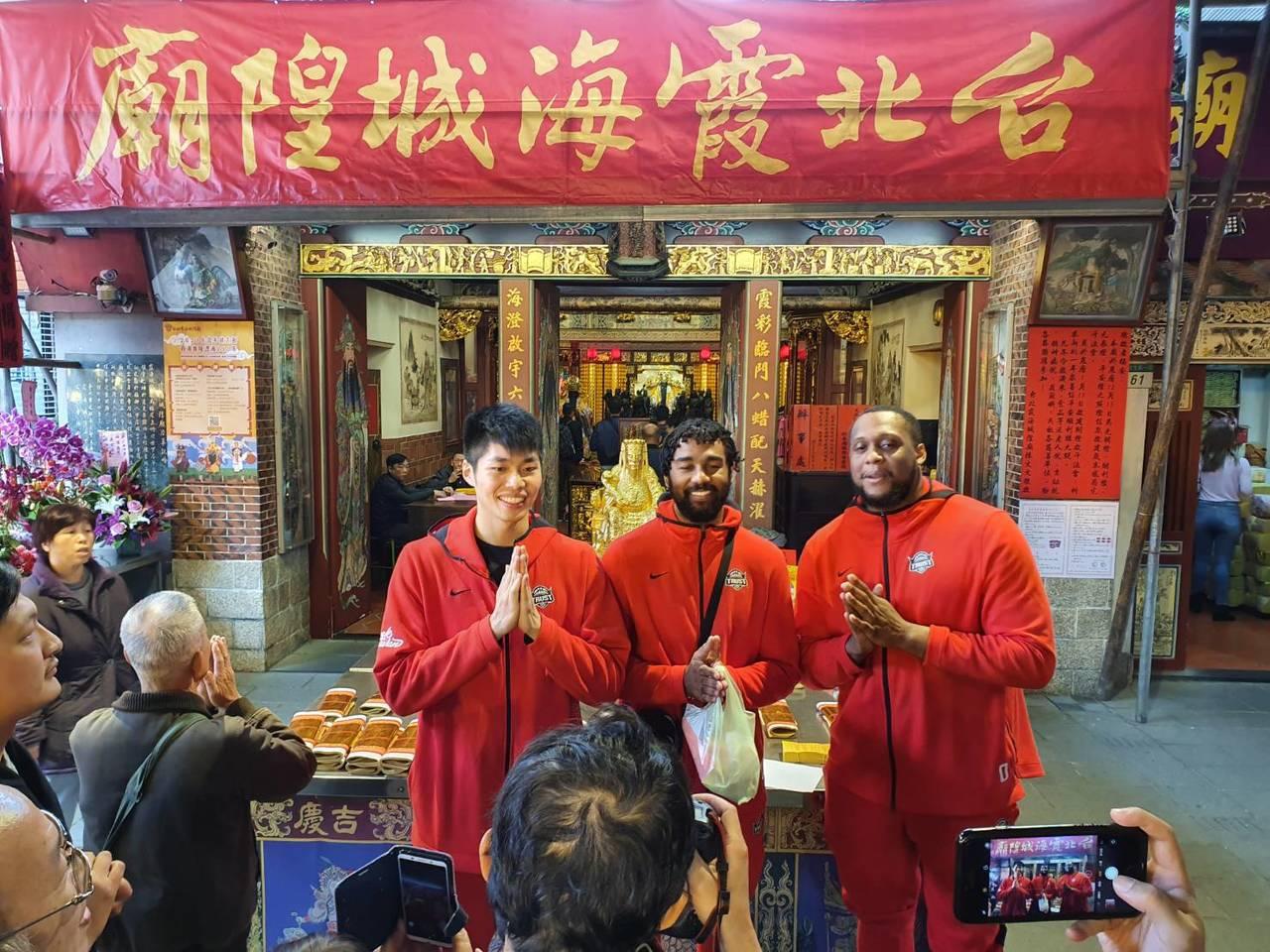 劉人豪(中)、瓊斯(中)、米歇爾(右)霞海城隍廟祈福。記者林宋以情/攝影