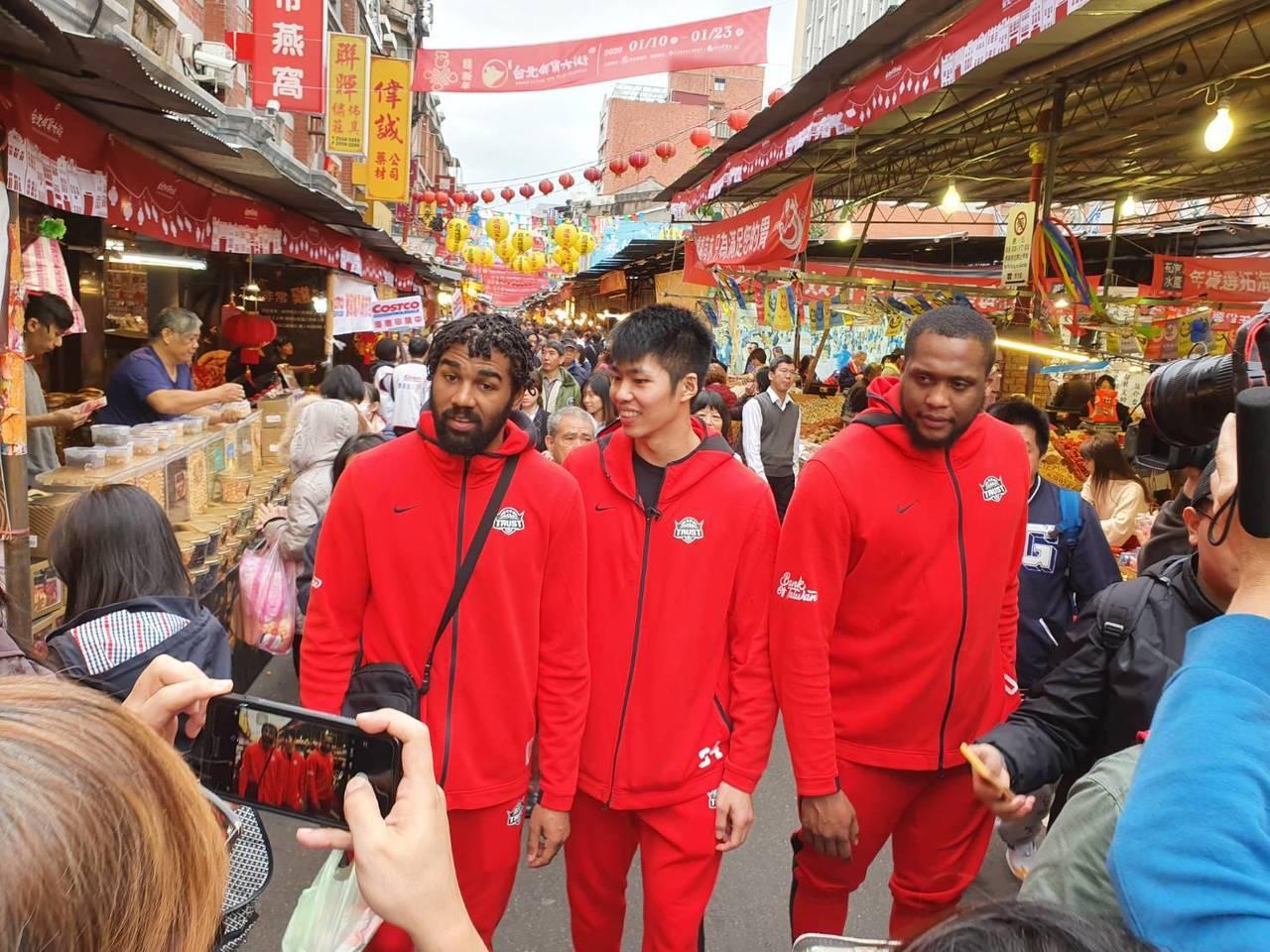 瓊斯、劉人豪(中)、米歇爾(右)逛年貨大街。記者林宋以情/攝影