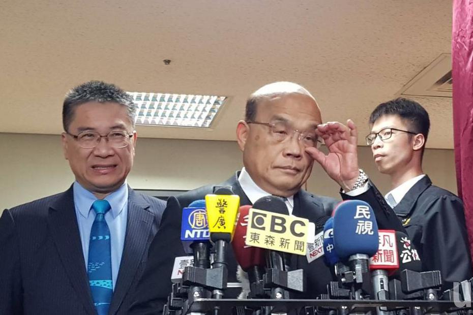 行政院長蘇貞昌今天下午出席消防署鳳凰獎楷模表揚典禮,以「台灣的前途,就是台灣人民決定」回應國台辦。記者柯毓庭/攝影
