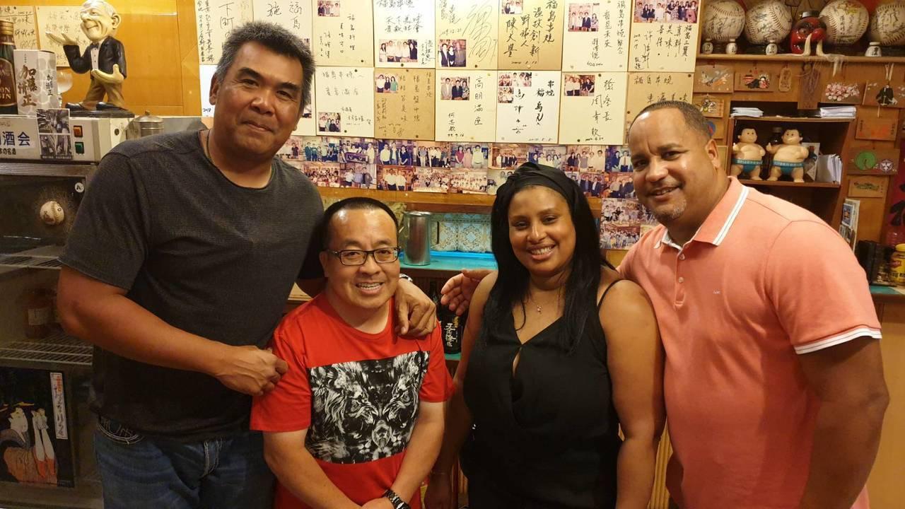 蘇元泰(左二)從2004年起待在統一獅隊,和前總教練陳連宏(左)、布雷夫婦都有深...