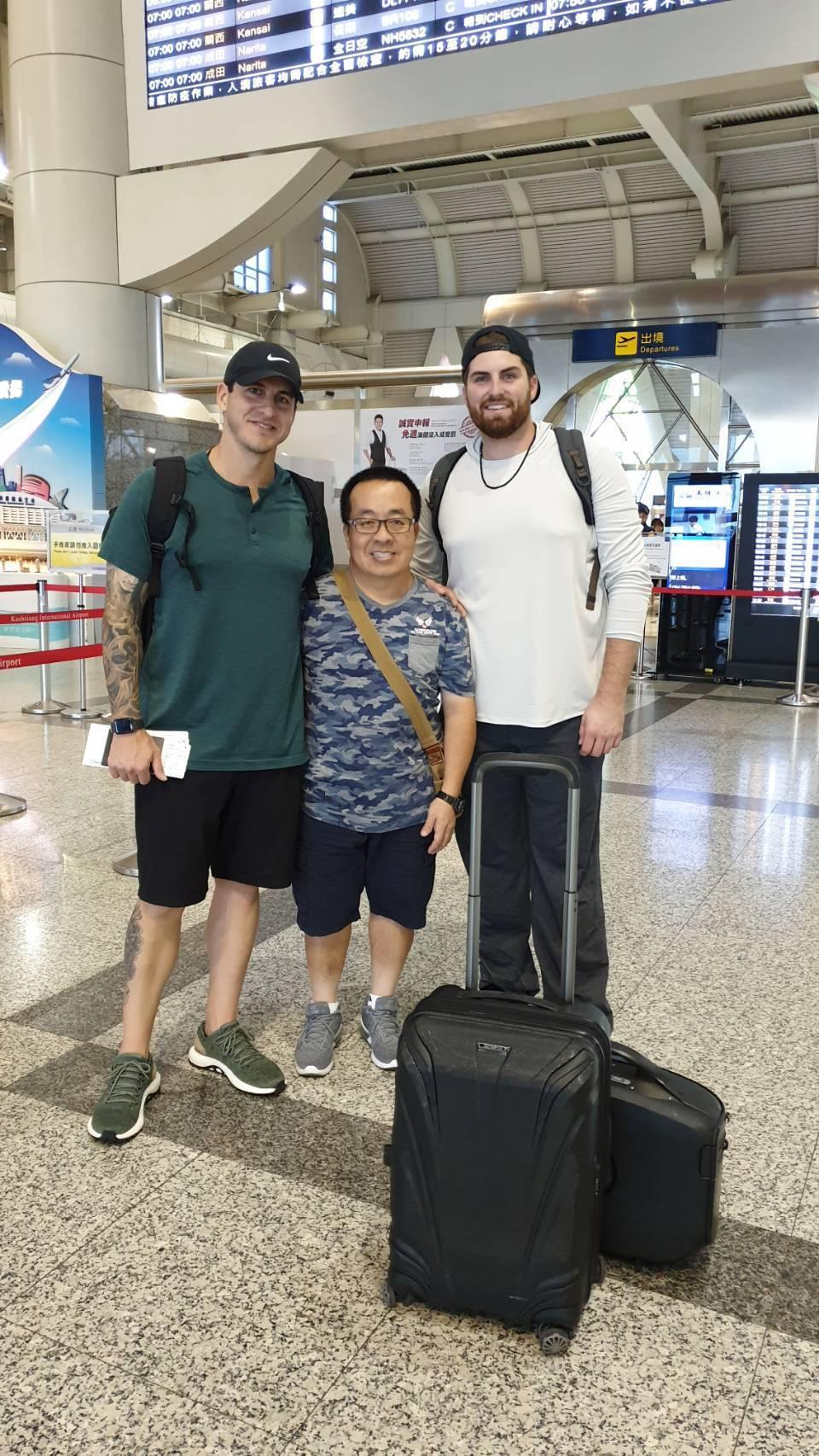 蘇元泰(中)去年和瑞安(左)、亞力克在機場合影。圖/蘇元泰提供
