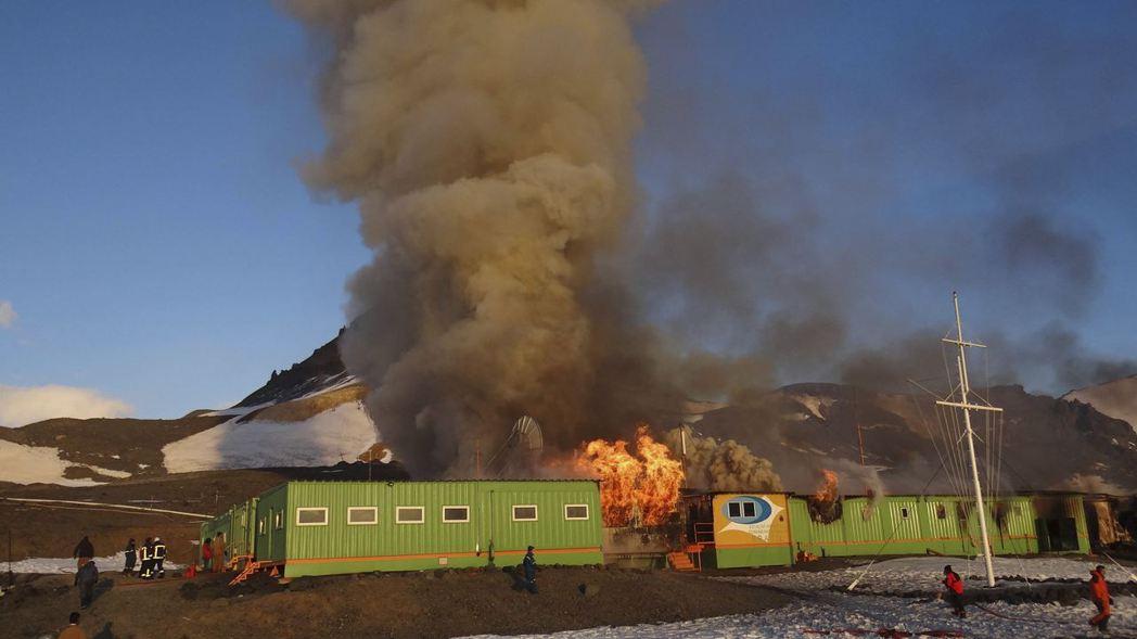 2012年2月12日的一場火,燒毀了巴西的南極研究機構「費拉斯少校南極站」。路透