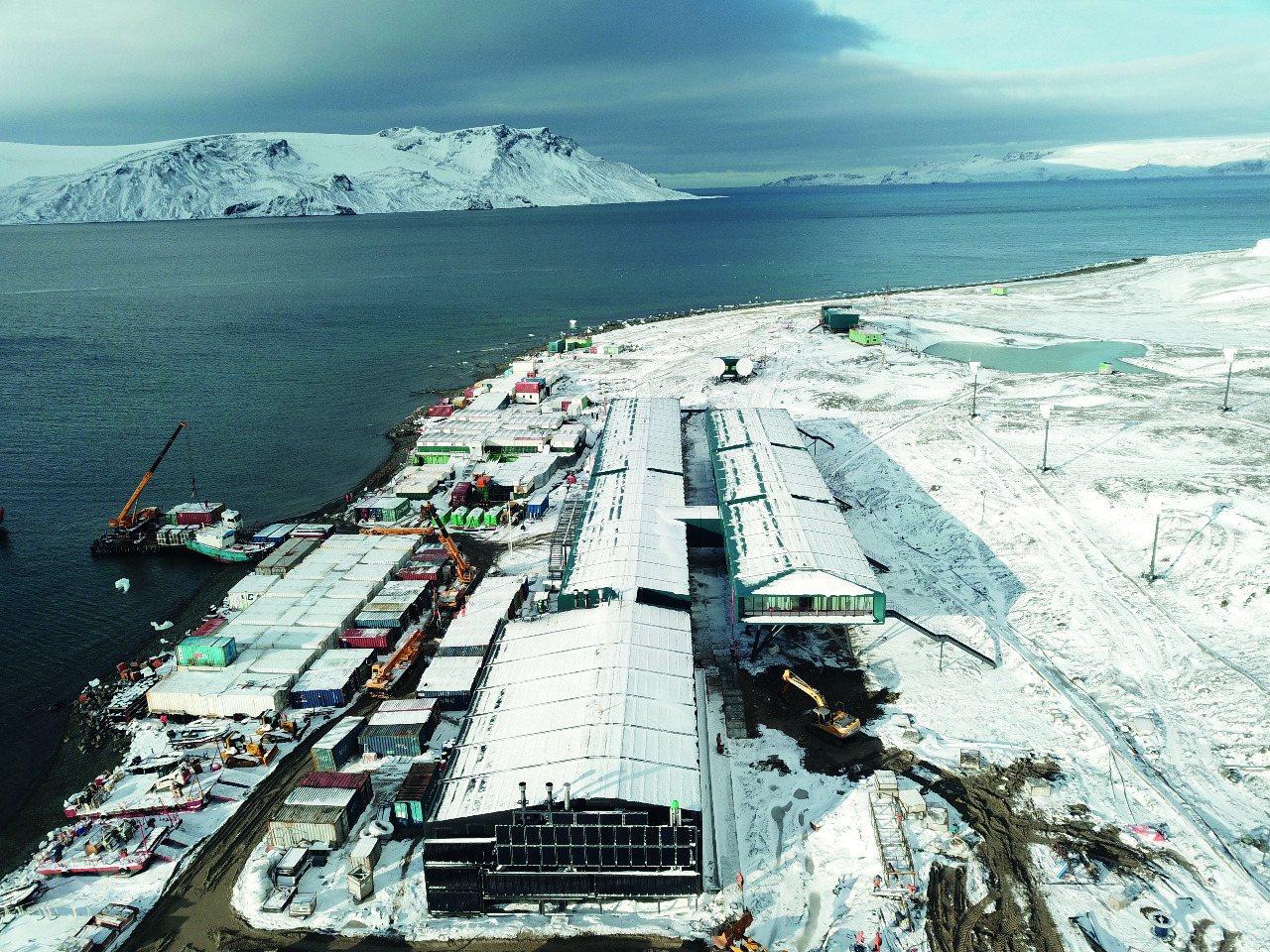 巴西海軍提供的空照圖,顯示該國新落成的南極研究機構「費拉斯少校南極站」。法新社