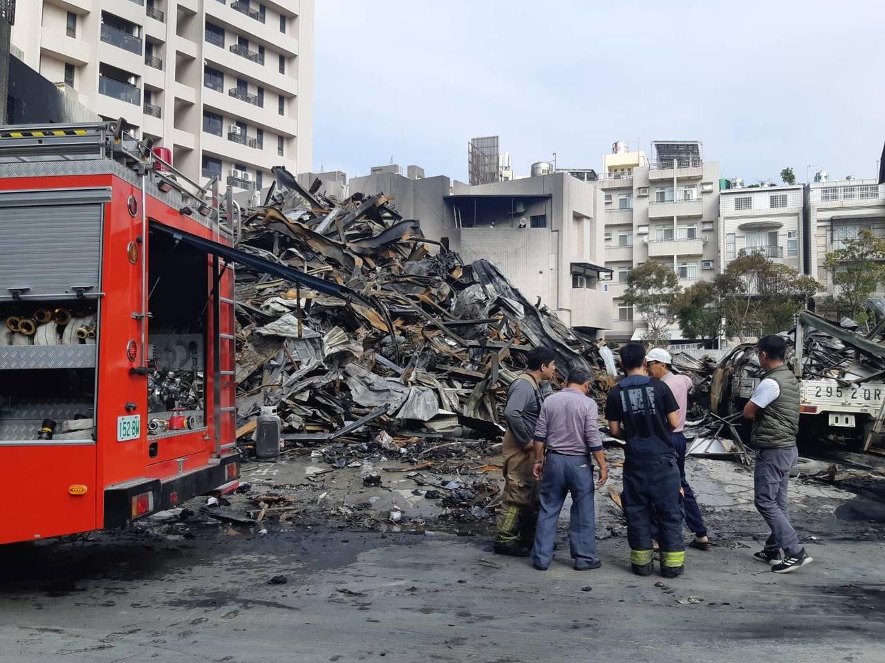 高雄市清晨工廠大火冒出濃煙,廠房頓時成廢墟。記者賴郁薇/攝影