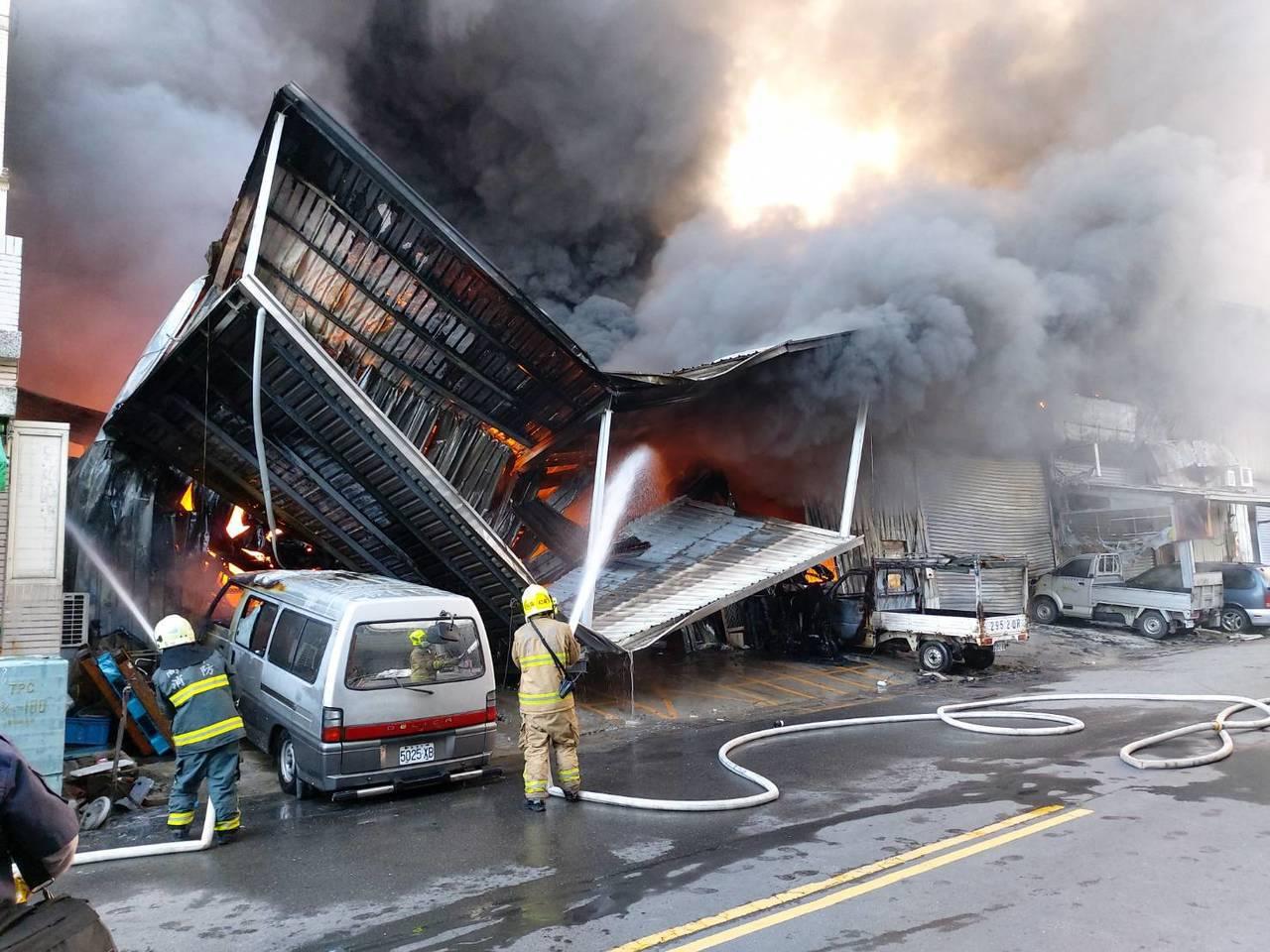 高雄市清晨工廠大火冒出濃煙,廠房頓時成廢墟。記者賴郁薇/翻攝