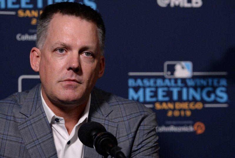 美國職棒大聯盟(MLB)調查證實,休士頓太空人隊2017年世界大賽出戰洛杉磯道奇隊時,運用科技偷看和破解對手的投捕暗號,對此祭出重罰。太空人隊老闆克蘭(Jim Crane)14日開除總經理和總教練。圖為總教練辛區。路透
