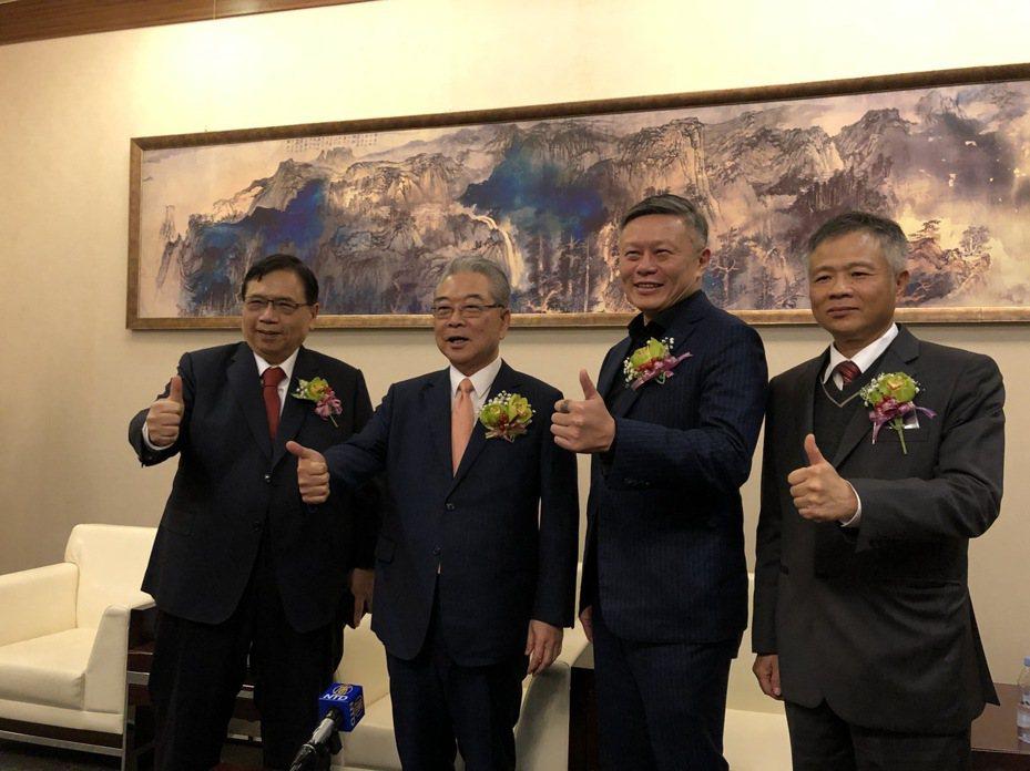新金寶集團今天舉行尾牙,集團董事長許勝雄(左二)看好2020年集團業績成長。記者蕭君暉/攝影