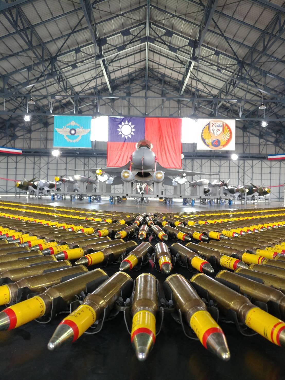 國軍109年春節加強戰備,國軍新購的F-16V,與飛彈、導彈、機槍子彈一同陳列,...