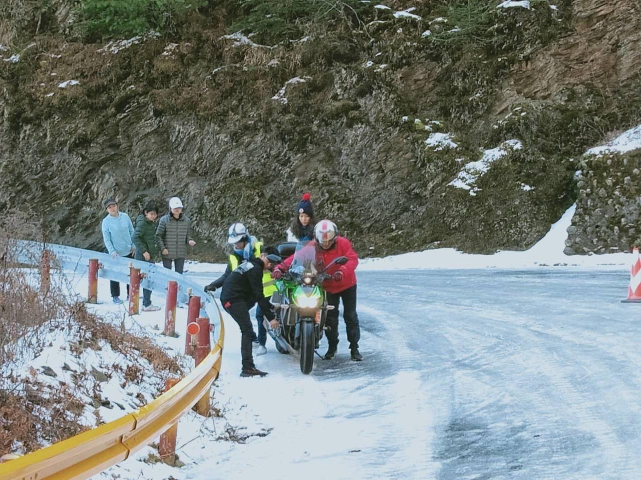 台14甲線落鷹山莊下坡路段,因融冰未退,今天有多輛汽機車打滑。圖/新城警分局提供