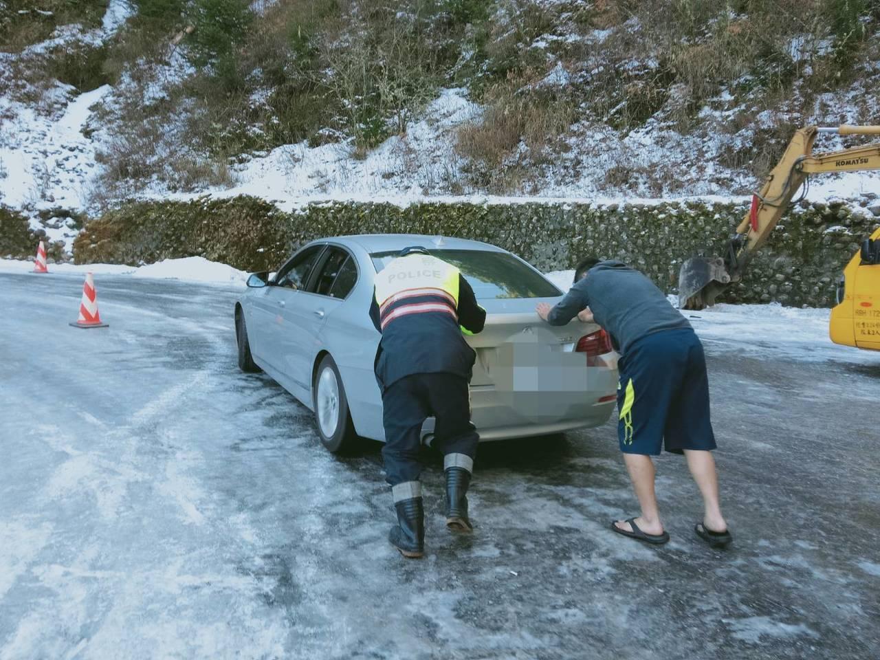 台14甲線落鷹山莊下坡路段,因融冰未退,今天有多輛汽機車打滑,警方推車協助脫困。...