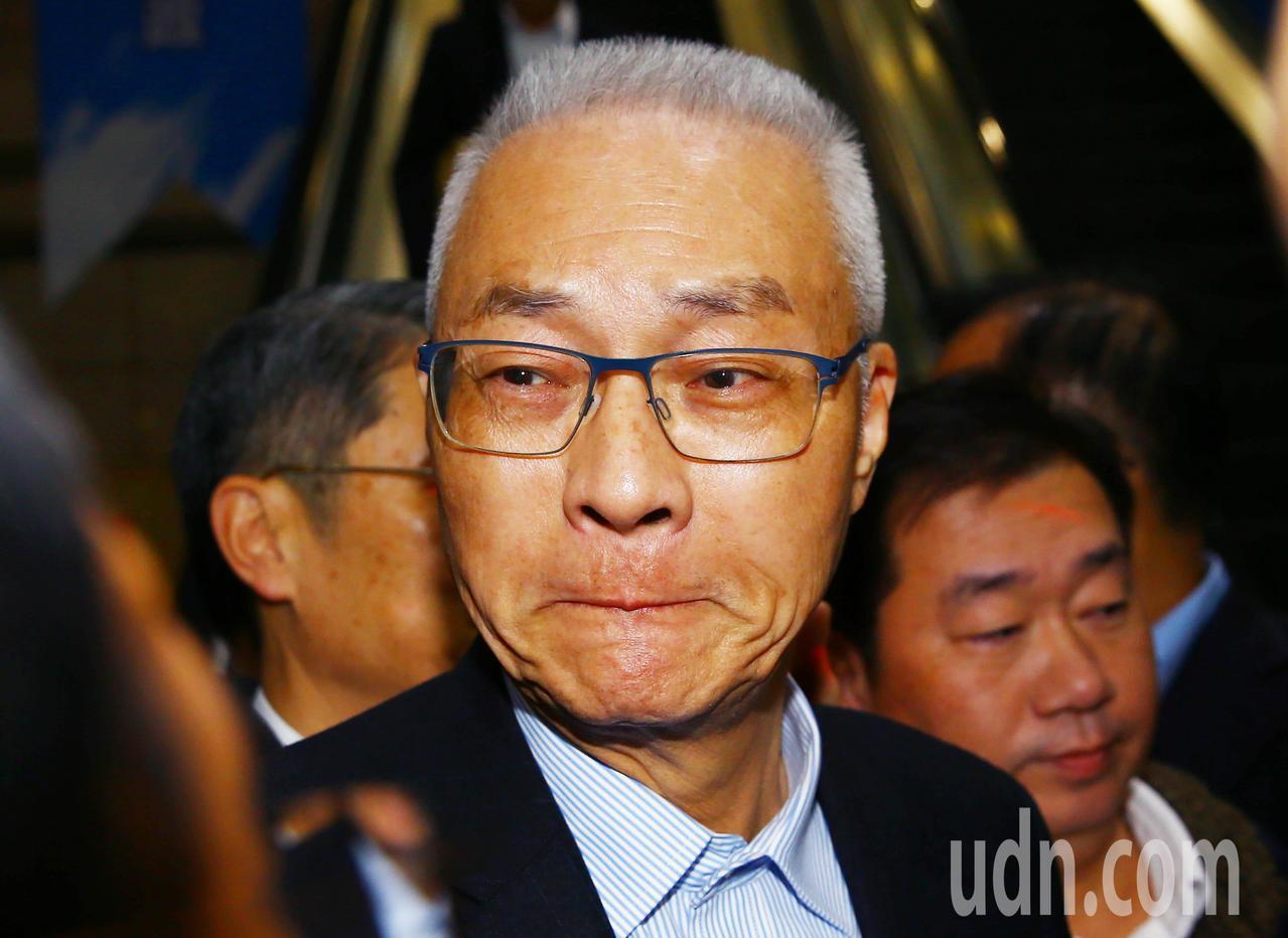 國民黨下午召開中常會,黨主席吳敦義被媒體包圍提問,抿著嘴滿臉哀傷神情的吳敦義,哽...
