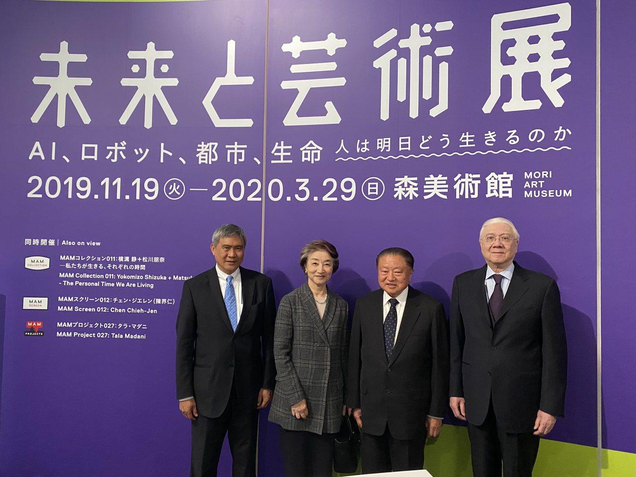 台達昨天在東京森大樓舉辦8K貴賓之夜,台達電子董事長海英俊(左起)、森美術館董事...