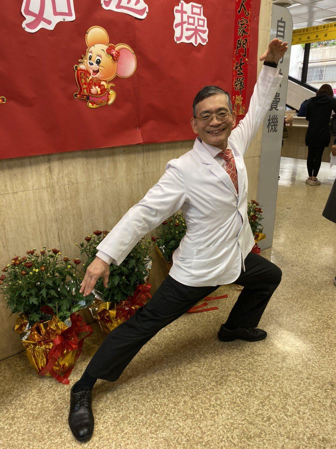 將滿65歲的簡文仁,每到農曆新年都會推出當年的生肖健康操,很受民眾歡迎。記者簡浩...