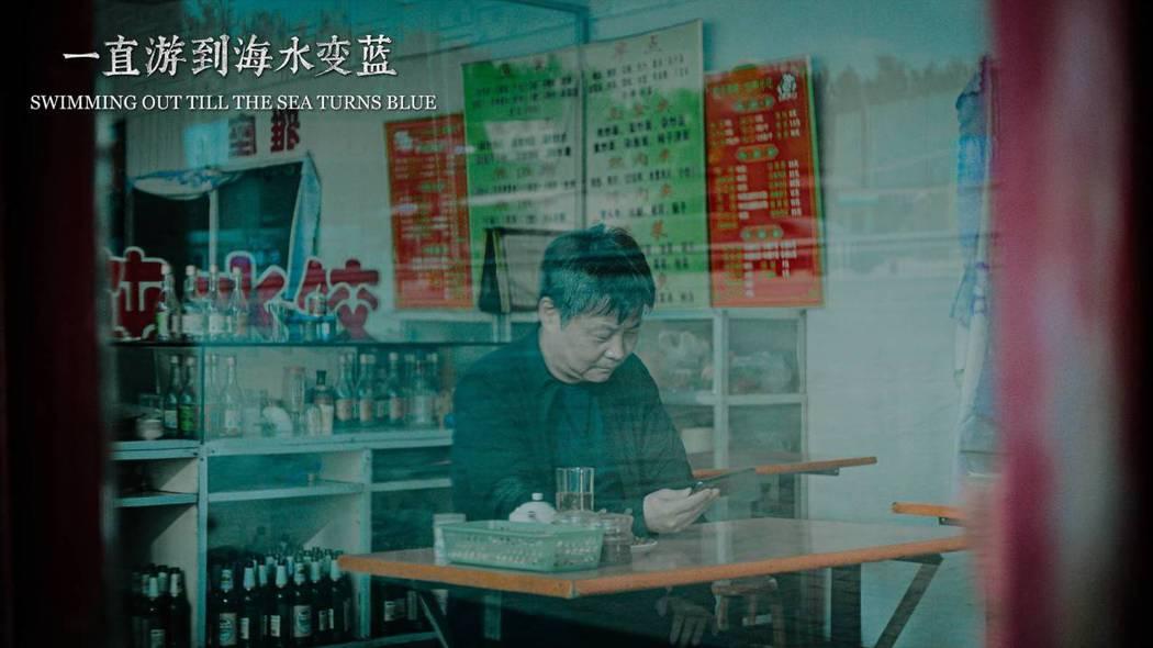 《一直游到海水變藍》以賈平凹、余華和梁鴻作為主要敘述者講述橫跨70年中國往事。佳映提供