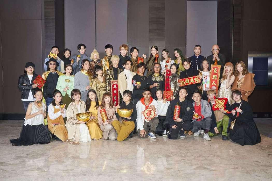 華研舉辦「鼠一鼠二慶金鼠」尾牙,群星發揮創意準備有「金」元素的相關裝扮。圖/華研...