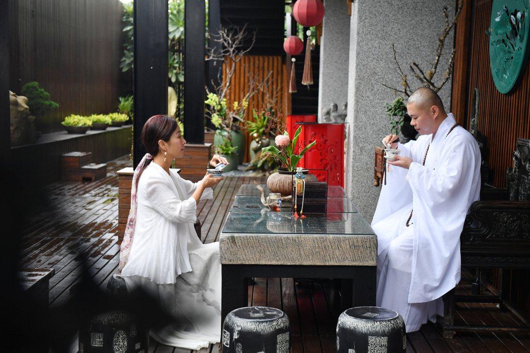 方文琳(左)和釋本藏法師推出「琳聽覺者的聲音」。圖/宏願大千世界提供