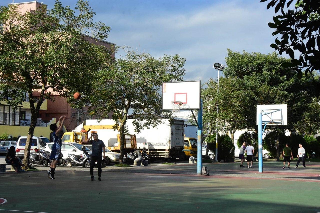 花蓮吉安鄉勝安運動公園有籃球場,是民眾運動好去處,現在卻要還地於民,讓居民覺得可...