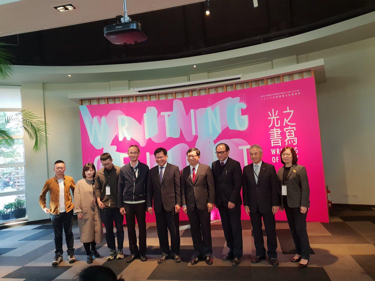 「2020台灣國際光影藝術節」藝術家和主辦單位共聚一堂。記者陳宛茜/攝影