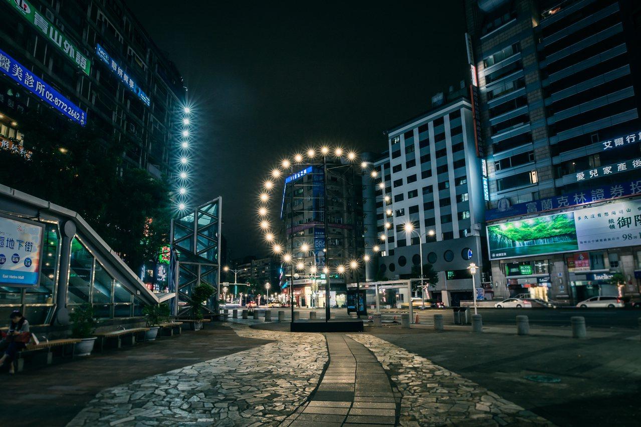 台灣國際光影藝術節中的姚仲涵作品「光電獸」。圖/姚仲涵提供、汪正翔攝影