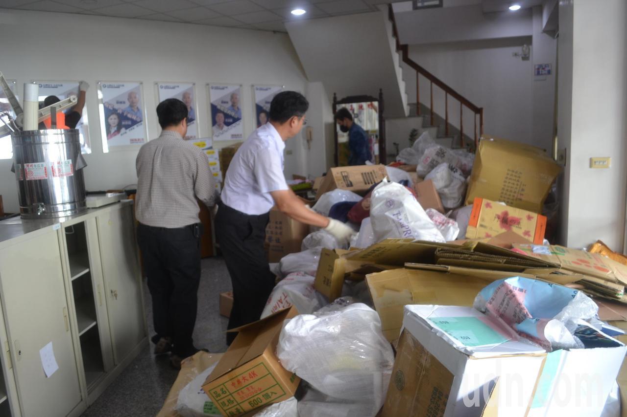 國民黨台南市黨部已遭拍賣,即將點交,黨工忙著搬家。記者鄭惠仁/攝影