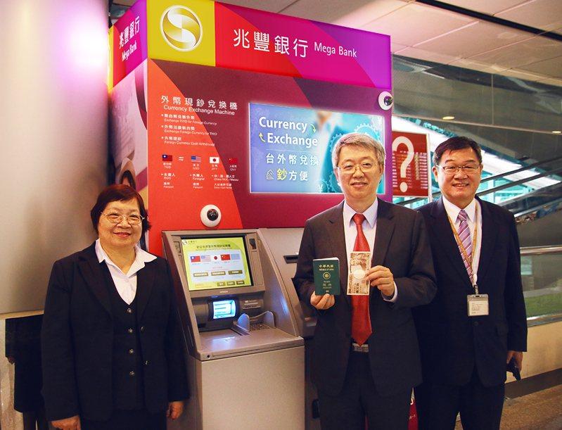 兆豐銀行位於桃園機場的「外幣現鈔兌換機」正式啟用。描掃一下護照,就可以輕鬆換鈔,圖中為兆豐銀行副總陳建中。圖/兆豐銀行提供