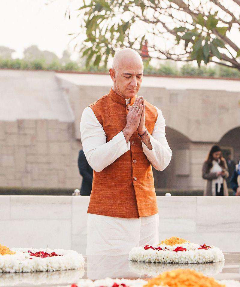 貝佐斯14日去印度國父甘地的陵寢謁陵。法新社