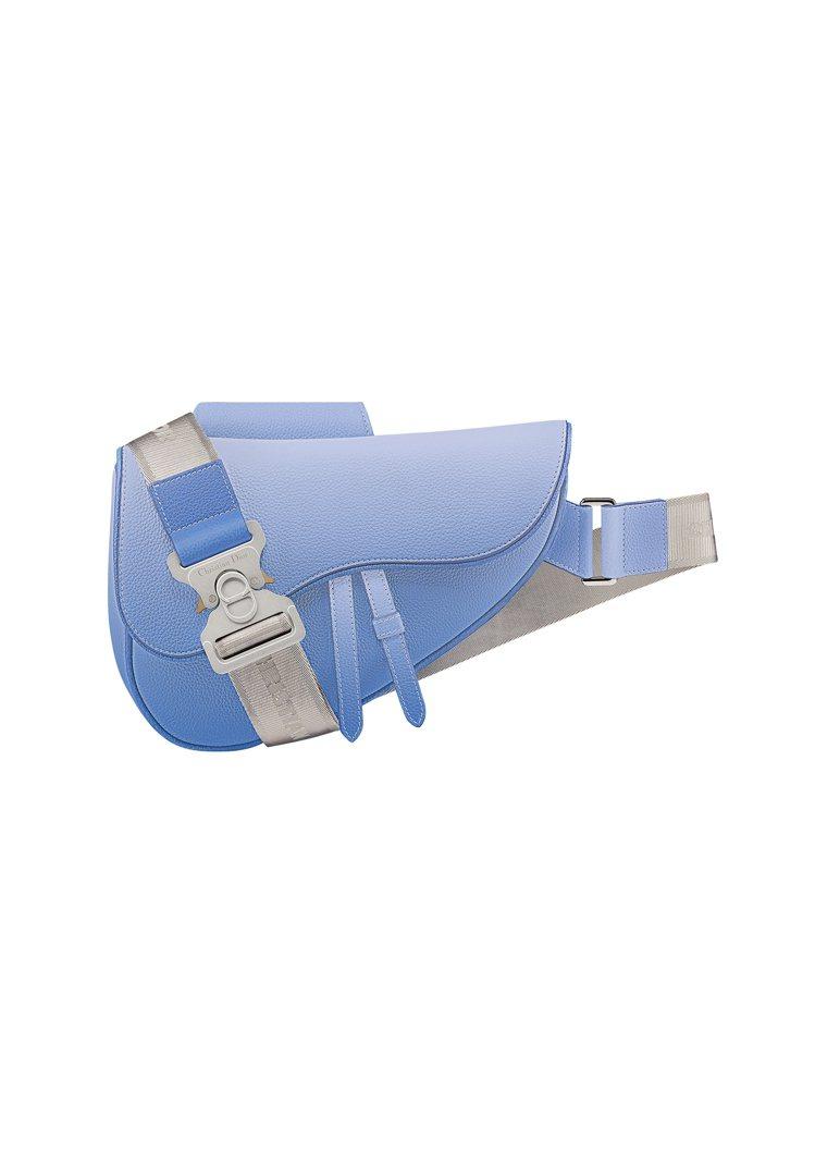 Saddle藍色漸層粒紋小牛皮馬鞍包,售價96,000元。圖/DIOR提供