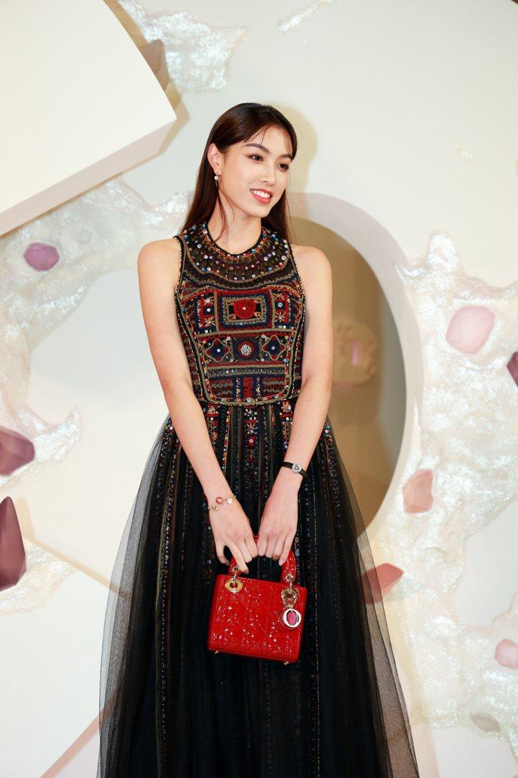 游宇潼演繹多彩刺繡薄紗洋裝650,000元、Lady Dior mini櫻桃紅亮...