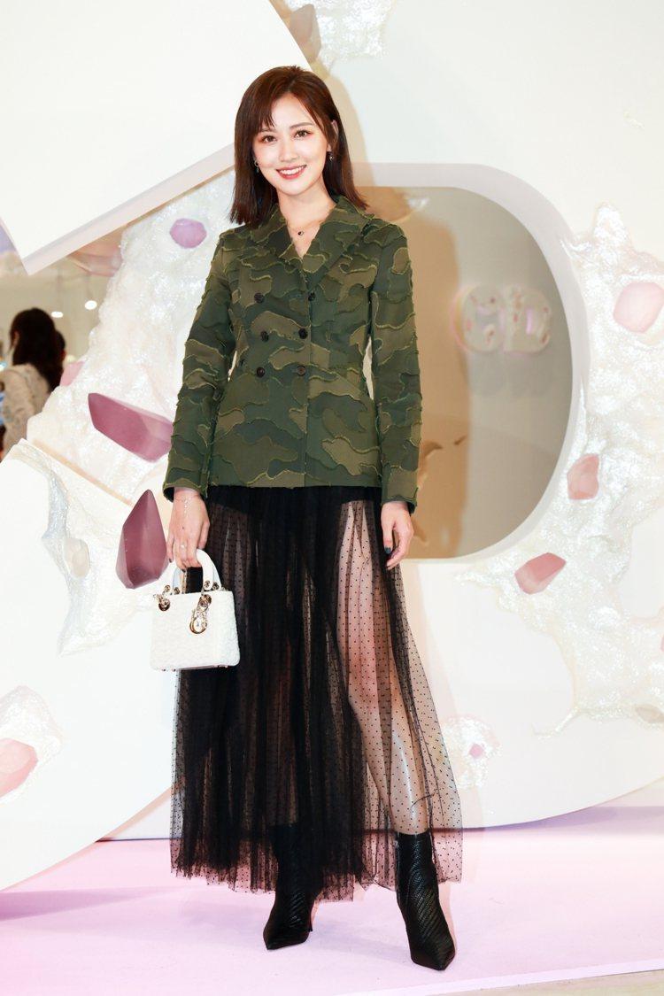 梁以辰身穿軍綠色迷彩緹花夾克價格店洽、黑色透明圓點紗裙12萬5,000元、黑色內...