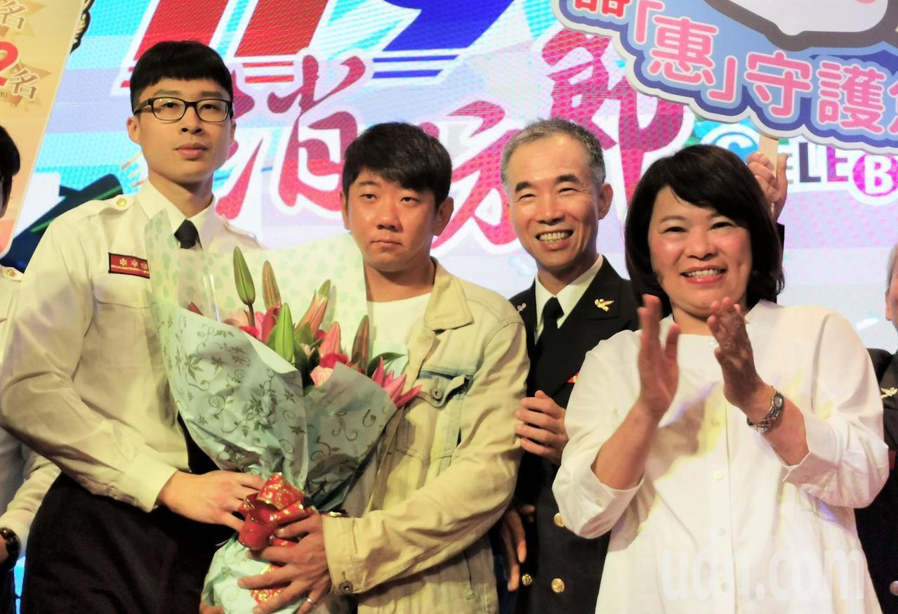 嘉義市長黃敏惠(右)感謝所有消防、警義消與志工,為保障市民生命安全與財產努力,是...