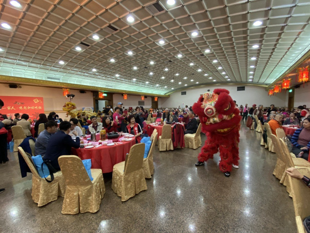 由公益大使團所扮成的獅童、舞獅,環繞全場與長者互動,逗得在場長輩相當開心。記者簡...